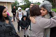 La veuve de Chokri Belaid, Bessma Khalfaoui Belaid, est conforte par des voisins et membres de son parti, devant son immeuble et lieu d'assasinat de son mari, le lendemain de l'enterrement le 9/02/2013.