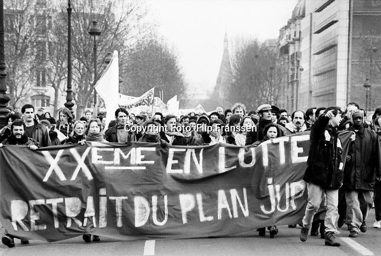 Frankrijk, Parijs, 16-12-1995  Demonstratie die oproept tot staking georganiseerd door de vakbond CGT tegen bezuinigingsplannen van de regering Jupe .Foto: ANP/ Hollandse Hoogte/ Flip Franssen