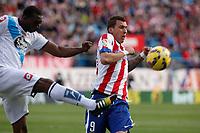 Atletico de Madrid´s Mandzukic (R) and Deportivo de la Coruña´s Sidnei during 2014-15 La Liga match between Atletico de Madrid and Deportivo de la Coruña at Vicente Calderon stadium in Madrid, Spain. November 30, 2014. (ALTERPHOTOS/Victor Blanco)