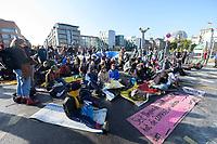 09 OCT 2019, BERLIN/GERMANY:<br /> Extinction Rebellion (XR), eine globale Umweltbewegung protestiert mit der Blockade von Verkehrsknotenpunkten fuer eine Kehrtwende in der Klimapolitik, im Hintergrund die Kuppel des Reichstagsgebaeudes, Marschallbruecke<br /> IMAGE: 20191009-02-002<br /> KEYWORDS: Demonstration, Demo, Demonstranten, Klima, Klimawandel, climate change, protest, Marschallbrücke