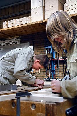 Nederland, Horst, 18-12-2007..VMBO onderwijs aan het Dendron college. Twee leerlingen staan aan een werkbank in het praktijklokaal houtbewerking...Foto: Flip Franssen/Hollandse Hoogte