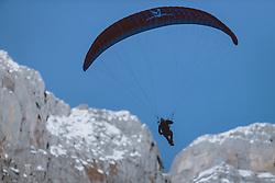 THEMENBILD - ein Paragleiter in den Bergen der Schweizer Alpen, aufgenommen am 20. Dezemeber 2020 in Engelberg, Schweiz // a paraglider in the mountains of the Swiss Alps in Engelberg, Switzerland on 2020/12/20. EXPA Pictures © 2020, PhotoCredit: EXPA/ JFK