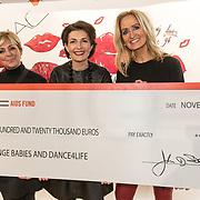 NLD/Amsterdam/20191128 - BN'ers zetten zich in voor World Aids Day, Caroline Tensen en Natasja Froger ontvangen een cheque ten gunste van Orange Baby's