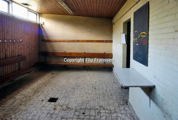 Nederland, Wageningen, 13-1-2005  Het voormalige stadion van de legendarische voetbalclub FC Wageningen, ooit een trotse erediviesie club . Het oude ongebruikte stadion is inzet van een strijd tussen vrienden van het stadion, die het willen behouden, en natuurliefhebbers die het weg willen hebben . Vervallen maar niet gesloopt, afgebroken, vanwege de ligging in een beschermd natuurgebied, de Wageningse Berg . In 1992 werd hier de laatste prof wedstrijd gespeeld .  Voor een eenmalige westrijd worden de lijnen opnieuw gekalkt . kleedkamer Foto: Flip Franssen