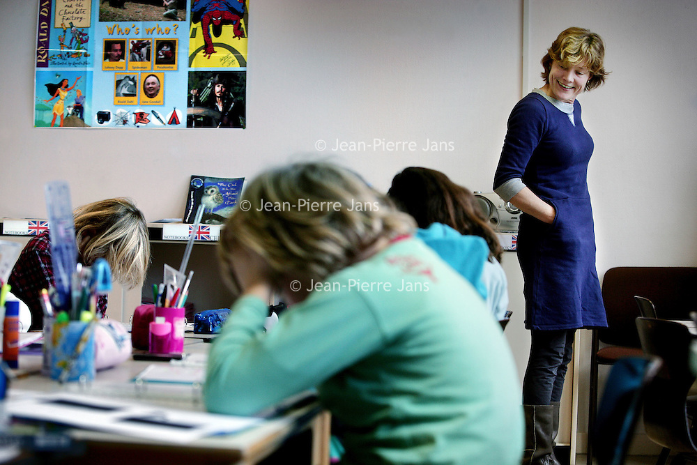 Nederland, Amsterdam , 4 november 2009..Het Lycée Vincent van Gogh in Den Haag en Amsterdam is een van de 450 Franse scholen in het buitenland, verspreid over 135 landen. Dat betekent dat elk van de leerlingen het lesprogramma van het Franse onderwijssysteem over de hele wereld kan blijven volgen. Net als de andere onderwijsinstellingen die onder het bureau AEFE (Agence pour l'enseignement français à l'étranger) vallen, is het Lycée van Gogh echter ook diepgaand verbonden met zijn lokale omgeving. Het voldoet zodoende aan zijn twee taken : onderwijs geven aan de kinderen van de Franse gemeenschap en het visitekaartje van het Franse onderwijssysteem zijn in Nederland, door het opnemen van zowel Nederlandse leerlingen, als kinderen met een andere buitenlandse nationaliteit..Op de foto: Leerlingen van de Ecole Francaise in de Rustenburgertstraat in Amsterdam tijdens de Engels les. .Students of the Ecole Francaise (Lycée Vincent van Gogh) in Rustenburgerstraat in Amsterdam during the English lesson.