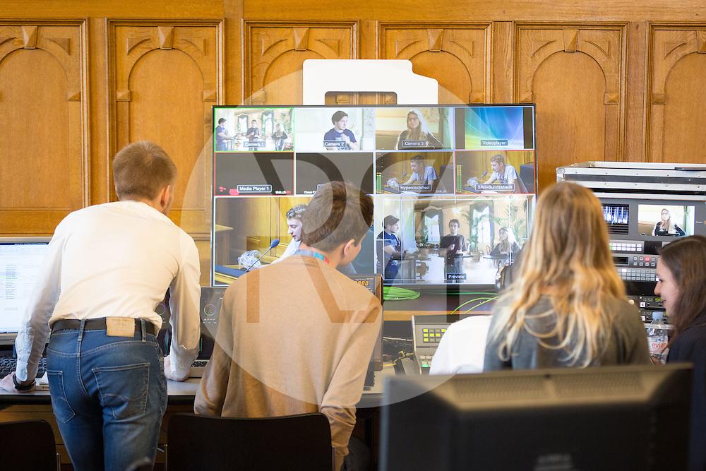 SCHWEIZ - BERN - Plenarsitzung der eidgenössischen Jugendsession im Bundeshaus, hier das TV-Studio von Tink.ch - 13. November 2016 © Raphael Hünerfauth - http://huenerfauth.ch