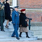 NLD/Breda/20130327 - HMH Konining Beatrix brengt decoratie Kosovo 1999 aan op vaandel Koninklijke Luchtmacht, HMH Beatrix inspecteert de troepen
