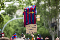 April 30, 2018 - Barcelona, Catalonia, Spain - Andres Iniesta message of a fan during the FC Barcelona Victory Parade at the streets of Barcelona on 30 of April of 2018 in Barcelona. (Credit Image: © Xavier Bonilla/NurPhoto via ZUMA Press)