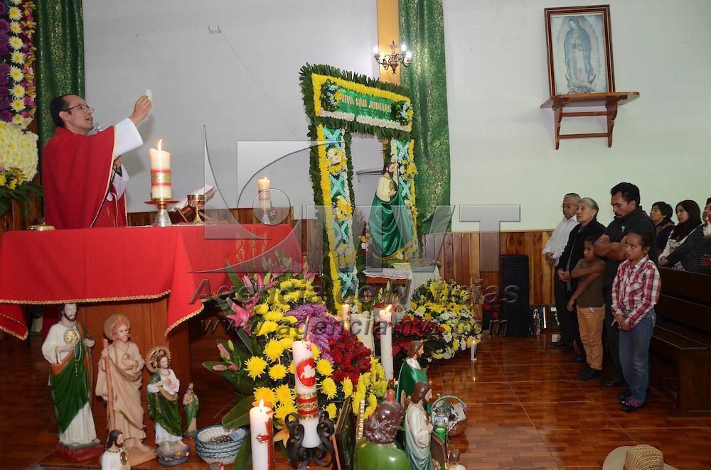 Tenango del Valle, México (Octubre 28, 2016).- La Comunidad de Ojo de Agua en Tenango del Valle, celebró a San Judas Tadeo, en la capilla que lleva su nombre, donde los creyentes en este santo acuden a misa a bendecir sus imágenes y pedirle les siga protegiendo.  Agencia MVT / José Hernández