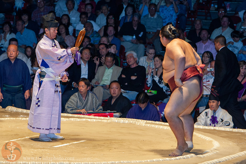 June 8, 2008; Los Angeles, California, USA; Tategyoji referee Yamazaki Toshihiro (36th Kimura Shonosuke) signals East Komusubi #1 sumo wrestler Kisenosato Yutaka the winner of the match during the 2008 Grand Sumo Tournament at the Los Angeles Memorial Sports Arena. Kisenosato later became the 72nd Yokozuna.