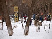 Nowosibirsk/Russische Foederation, RUS, 19.11.07: Kinder spielen in einer Pause neben einem Denkmal im Zentrum der sibirischen Hauptstadt Nowosibirsk. <br /> <br /> Novosibirsk/Russian Federation, RUS, 19.11.07: Children are playing beside a memorial in the center of the Siberian capital city Novosibirsk.
