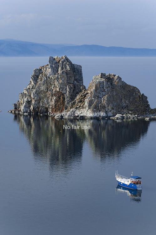 Russie, Sibérie, Lac Baïkal inscrit au Patrimoine mondial de l'Humanité par l'Unesco, île d'Olkhone, rocher sacrée bouriate de Burkhan, une des 10 Merveilles d'Asie, au niveau du bourg de Khuzhir // Russia, Siberia, Baikal lake at the World Heritage by Unesco, holly Burhan bouriat rock at level of Khuzhir town