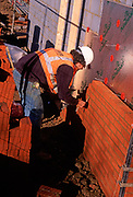 A5EXK7 Bricklayers building a new wall on a building site