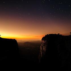 A Fenda da Tundavala (Tunda Vala) ao cair da noite com vista para Bibala! Os pontos no fundo, do lado esquerdo são pessoas. Lubango, Huíla, Angola