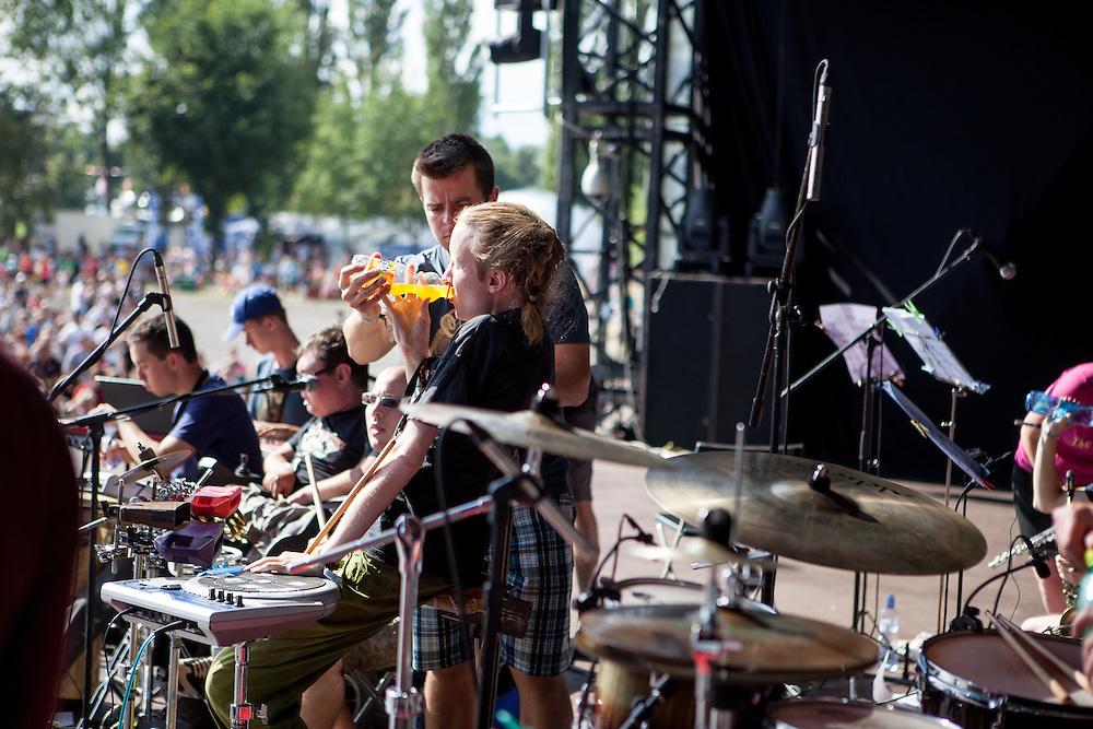 """""""The Tap Tap"""" während dem Auftritt beim Festival """"Colors of Ostrava 2013"""", Jiří Genrt reicht seinem Bandkollegen Petr Burda etwas zu trinken. """"The Tap Tap"""" ist eine bekannte und sehr erfolgreiche tschechische Formation mit überwiegend behinderten und auch nicht behinderten Musikern, gegründet 1998 von dem Sozialpädagogen Simon Ornest."""