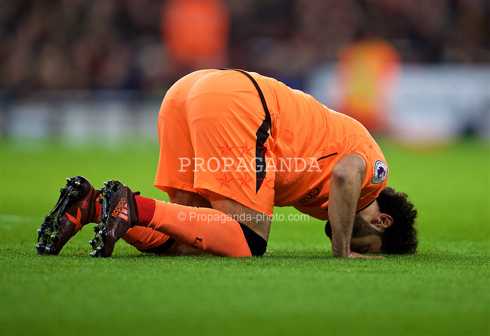 LONDON, ENGLAND - Friday, December 22, 2017: Liverpool's Mohamed Salah kisses the ground praying as he celebrates scoring the second goal during the FA Premier League match between Arsenal and Liverpool at the Emirates Stadium. (Pic by David Rawcliffe/Propaganda)