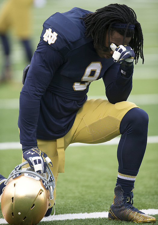 November 15, 2014:  Notre Dame linebacker Jaylon Smith (9) during NCAA Football game action between the Notre Dame Fighting Irish and the Northwestern Wildcats at Notre Dame Stadium in South Bend, Indiana. Northwestern defeated Notre Dame 43-40 in overtime.