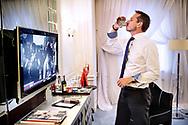 Udenrigsminister Kristian Jensen på besøg i Ukraine. Kristian Jensen har et stramt program uden pauser, så da der pludselig er et hul på 20 minutter haster han op på sit hotelværelse, drikke en cola og tænder for fjernsynet, så han kan følge flygtningesituationen i Europa.
