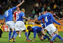 14.06.2010, Cape Town Stadium, Kapstadt, RSA, FIFA WM 2010, Italien vs Paraguay im Bild .Daniele De Rossi bejubelt den Ausgleichstreffer, EXPA Pictures © 2010, PhotoCredit: EXPA/ InsideFoto/ G. Perottino, ATTENTION! FOR AUSTRIA AND SLOVENIA ONLY!!! / SPORTIDA PHOTO AGENCY