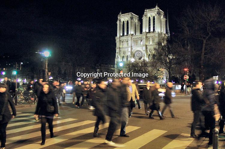 Frankrijk, Parijs, 26-3-2019 De kerk, kathedraal Notre Dame bij avond. Exterieur.Foto: Flip Franssen