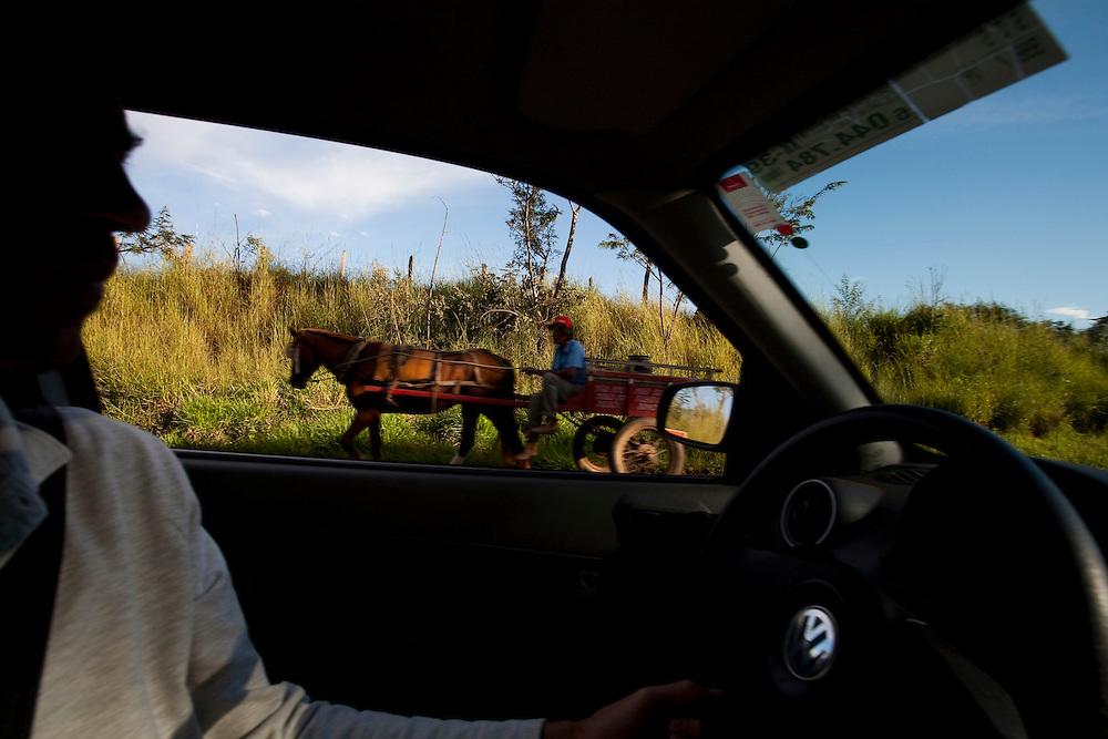 Fortaleza de Minas_MG, Brasil...Carroca passando por um carro em uma rodovia em Fortaleza de Minas...A chariot passing next to a car on a highway in Fortaleza de Minas...Foto: LEO DRUMOND / NITRO