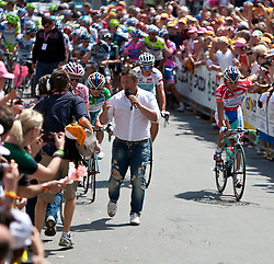 21.05.2011, Hauptplatz Lienz, AUT, Giro d´ Italia 2011, 14. Etappe, Lienz - Monte Zoncolan, im Bild Alberto Contador (ESP) Saxo Bank Sungard bei der Abfahrt von Lienz von einem TV Team begleitet // during the Giro d´ Italia 2011, Stage 14, Lienz - Monte Zoncolan,Austria, 2011-05-21, EXPA Pictures © 2011, PhotoCredit: EXPA/ J. Feichter