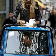 NLD/Amsterdam/20101014 -Opname reclamefilm Chocomel Spui Amsterdam met sneeuwballengevecht met Lange Frans en Lauren Verster