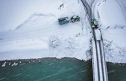 THEMENBILD - Traktoren laden geräumten Schnee in der Salzach ab, aufgenommen am 08. Jaenner 2019 in Bruck an der Glocknerstrasse, Oesterreich // Tractors unload cleared snow in the Salzach River, Bruck an der Glocknerstrasse, Austria on 2019/01/08. EXPA Pictures © 2019, PhotoCredit: EXPA/ JFK