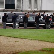 Overbrengen lichaam van overleden prins Bernhard van paleis Soestdijk, lijkwagen rijd oor erehaag oorlogsvetranen en verzetsstrijders