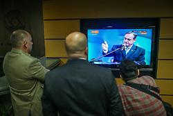 """Público observa o candidato a governador do Estado pela coligação """"O Rio Grande Merece Mais"""", Vieira da Cunha durante Debate TV COM. FOTO: Jefferson Bernardes/ Agência Preview"""