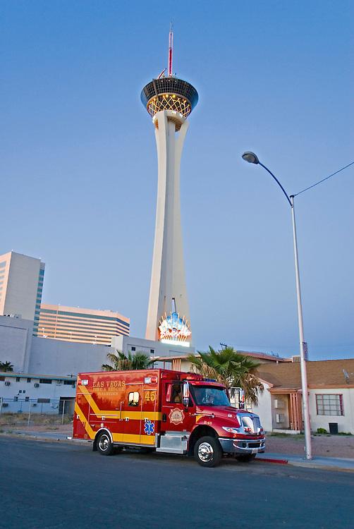 USA, Nevada, Las Vegas, 16.04.2007: - Ein Feuerwehrfahrzeug steht nach einer Übung der lokalen Feuerwehr in der Nähe des Stratophere Towers, dem mit 1149 feet  - 350 Meter  - hoechsten Turm in Nevada und zweithoechsten der USA. Nach wie vor finden Uebungen aufgrund der Erfahrungen des 11. September in den USA statt. Aus Sicherheitsgruenden wurden die Personalien des Fotografen nach dieser Aufnahme festgestellt und notiert| USA, Nevada, Las Vegas, 2007.04.16. A fire fighting car infront of the Stratosphere the tallest building in Nevada with 1149 feet -350 meter