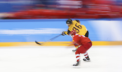 PYEONGCHANG, Feb. 25, 2018  Yannic Seidenberg (Top) of Germany vies for the puck during men's ice hockey final against Olympic athletes from Russia at Gangneung Hockey Centre, in Gangneung, South Korea, Feb. 25, 2018. The Olympic Athletes from Russia team defeated Germany 4:3 and won the gold medal. (Credit Image: © Han Yan/Xinhua via ZUMA Wire)