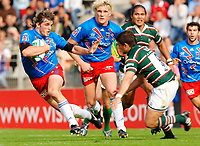 Photo: Henry Browne.<br /> Stade Francais v Leicester Tigers. Heineken Cup.<br /> 29/10/2005.<br /> Mirco Bergamasco of Stade tries to avoid Harry Ellis of Tigers.