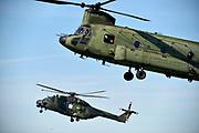 Nederland, the Netherlands, Schaarsbergen, Deelen, 5-10-2018Een gecombineerde oefening met helikopters en infanterie van de strijdkrachten van Duitsland en Nederland.De grootschalige oefening FALCON AUTUMN 2018 is in volle gang.  Op de aankomst- en vertreklocatie van FALCON AUTUMN  de terugkeer van helikopters met daarin een Duitse luchtmobiele compagnie na een Air Assault-oefenoperatie. Tevens een oefensprong van de luchtmobiele Pathfinders, die een vrije-val-parachutesprong doen die zij later bij nacht boven het militaire oefenterrein Marnewaard uitvoeren. Ook wordt op het vliegveld een Cargo Delivery Drop vanuit een transportvliegtuig uitgevoerd, waarbij een aantal pallets materieel per parachute op het veld landen.Foto: Flip Franssen