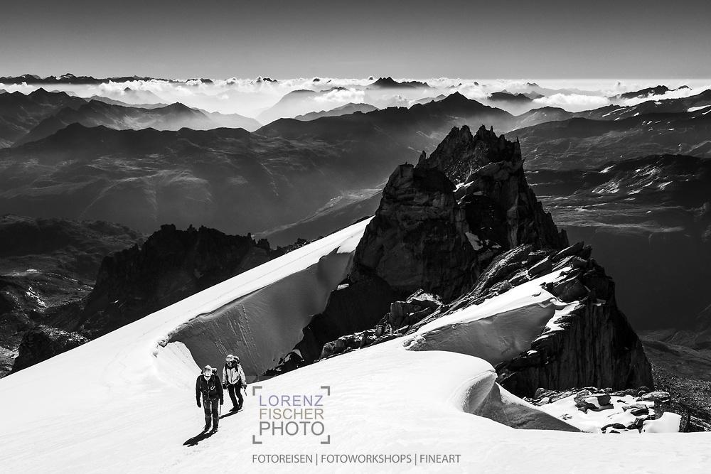 Zwei Alpinisten bei der Oberen Bielenlücke mit dem Gross Bielenhorn und den Lepontischen Alpen, Furka, Uri, Schweiz<br /> <br />  Two alpinists at the Obere Bielenlücke with the Gross Bielenhorn and the Lepontine Alps, Furka, Uri, Switzerland