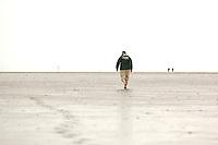 10 AUG 2005 WESTERHEVER/GERMANY:<br /> Joschka Fischer, B90/Gruene, Bundesaussenminister, allein und barfuss im Watt, waehrend Wattwanderung an der Nordsee<br /> IMAGE: 20050810-01-094<br /> KEYWORDS: Watt, Wanderung, Kueste, Küste, Ruecken, Rücken, Wahlkampf, Bundestagswahl