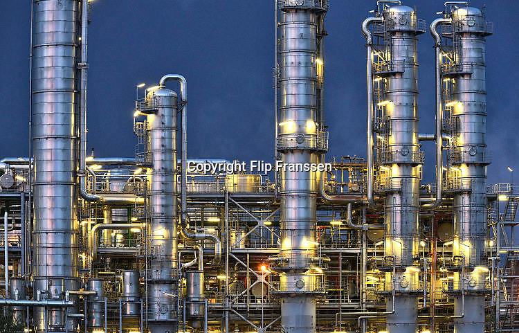 Nederland, Rotterdam, 12-5-2017 Raffinaderij en opslagtanks van Gunvor Petroleum, voorheen Kuwait,Q8, olieverwerkende industrie, een terrein met opslagtanks en raffinage voor olie. Rotterdam is in Europa de grootste importhaven en een van de grootste ter wereld voor overslag en raffinage van ruwe olie. De aangevoerde olie wordt voor ongeveer de helft gebruikt door raffinaderijen van Shell, BP, Esso, Exxon Mobil, Gunvor Petroleum, en Koch. De rest wordt per pijpleiding naar Vlissingen, Belgie en Duitsland overgeslagen. Foto: Flip Franssen