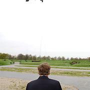 Luchtmobiele Brigade brengt zendapparatuur terug naar Adam Curry en crew na missie in Irak met een Cougar helicopter, Arend Langeberg