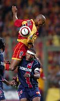 Fotball<br /> Frankrike 2004/05<br /> Lens v Paris Saint Germain<br /> 22. september 2004<br /> Foto: Digitalsport<br /> NORWAY ONLY<br /> DANIEL COUSIN (LENS) / JOSE PIERRE FANFAN (PSG)