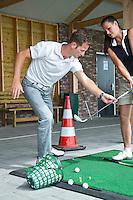 SOMEREN - Golfprofessional Arthur Kleeven geeft les aan Pascualle Coffa op de baan van de Swinkelsche Golf Club. COPYRIGHT KOEN SUYK