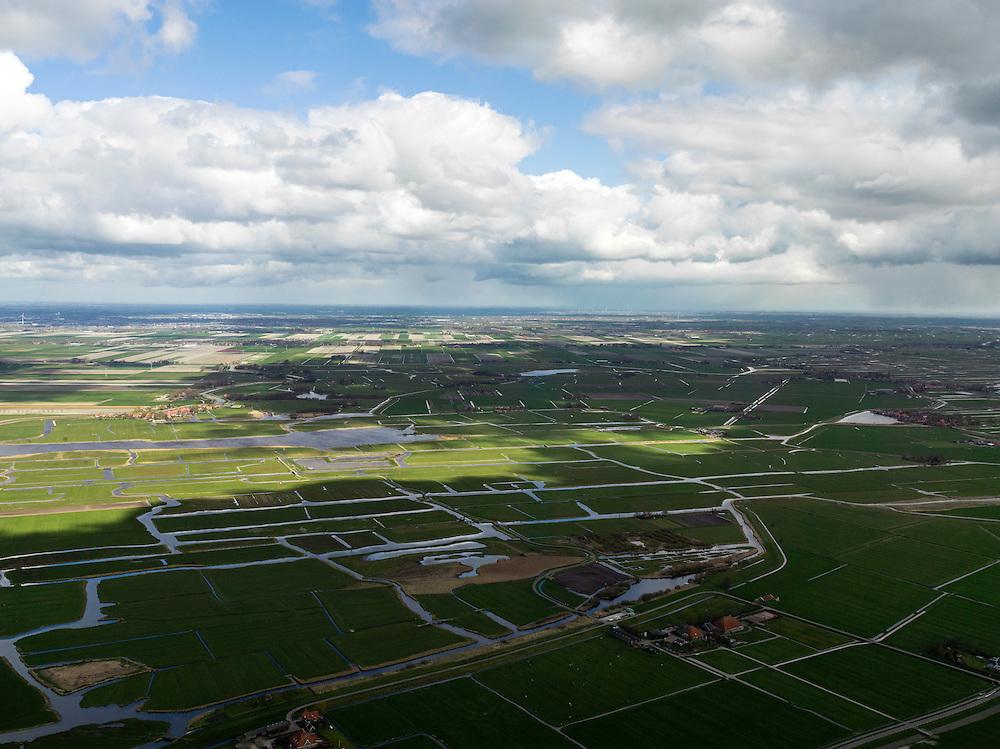 Nederland, Noord-Holland, Gemeente Schermer, 16-04-2012; voorbeeld van verschillend type polders  en verkavelingen. Polder de Graftermeer in de voorgrond (droogmakerij), de onregelmatige verkaveling van de Eilandspolder, laagveen (vaarpolder of vaarland). In de achtergrond en naar de horizon De Schermer (rationele en regelmatige verkaveling)..Example of different types of polders and development. The Polder Graftermeer in the foreground is lake-bed polder, the irregular land division of Eilandspolder caused by peat extraction (sailing land). In the background at the horizon the Schermer (regular land division designed on purpose)..luchtfoto (toeslag), aerial photo (additional fee required);.copyright foto/photo Siebe Swart