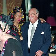 NLD/Amsterdam/19940422 - Feestje verjaardag Paul Wilking op Schiphol, paul met de zus van Desi Bouterse