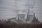 Duitsland,  Grevenbroich, 28-3-2019Bruinkoolcentrale, gestookt met bruinkool uit de open bruinkoolmijn Garzweiler. De mijn en centrales zijn eigendom van energiemaatschappij RWE. Noordrijn-Westfalen heeft het besluit genomen om de bruinkoolmijn Garzweiler II in te perken.  Het besluit van de deelstaatregering wordt uitgelegd als een belangrijke koerswijziging in de richting van een definitieve afbouw van de bruinkoolmijn. De bruinkoolmijn en de bijbehorende energiecentrales blijven zeker tot 2030 in bedrijf. Energiebedrijf RWE, de eigenaar van de mijn, heeft een concessie tot 2045. De bruinkoolgebieden liggen niet ver van de grens met Nederland en de uitstoot van de centrales beinvloeden de luchtkwalitiet in het Zuidoostelijk grensgebied.Foto: Flip Franssen