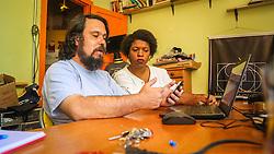 """PORTO ALEGRE, RS, BRASIL, 21-01-2017, 12h19'57"""":  Desiree dos Santos, 32, discute um projeto com o Artista 3D Joel Grigolo, 46, no espaço Matehackers Hackerspace, da Associação Cultural Vila Flores, no bairro Floresta da capital gaúcha. A  Consultora de Desenvolvimento de Software na empresa ThoughtWorks fala sobre as dificuldades enfrentadas por mulheres negras no mercado de trabalho.<br /> (Foto: Gustavo Roth / Agência Preview) © 21JAN17 Agência Preview - Banco de Imagens"""
