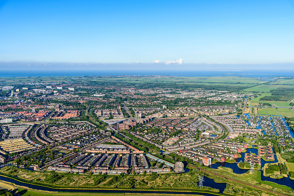 Nederland, Noord-Holland, Gemeente Purmerend, 13-06-2017; nieuwbouwwijk Weidevenne, gezien naar Polder De Purmer. IJsselmeer in het verschiet.<br /> Purmerend, small city north of Amsterdam w new residential quarters<br /> <br /> luchtfoto (toeslag op standard tarieven);<br /> aerial photo (additional fee required);<br /> copyright foto/photo Siebe Swart