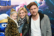 Nederlandse première van DE SMURFEN EN HET VERLOREN DORP in Pathe ArenA, Amsterdam<br /> <br /> Op de foto:  Johnny de Mol met partner Anouk van Schie en haar dochter