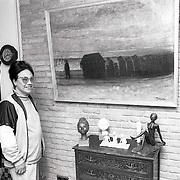NLD/Huizen/19900423 - Mw.Schokker-Moll uit Huizen met schilderij en beelden van Thijmen Moll