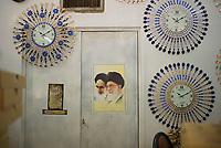 Iran, Yazd, 01.09.2016: Ein Foto von Ayatollah Khamenei und Ayatollah Khomeini in einem Uhrengeschäft in Yazd, Provinz Yazd, Zentral-Iran.
