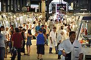 Griekenland, Athene, 5-7-2008De centrale overdekte markt waar vis en vlees verhandeld worden. Hier kan men in grote maar ook kleine hoeveelheden vlees kopen en vis kopen.Central meat and fish market.Foto: Flip Franssen