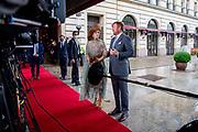 BERLIJN, 07-07-2021,  Landschaftspark Herzberge<br /> <br /> Koning Willem Alexander en Koningin Maxima tijdens het Staatsbezoek aan Duitsland. Het bezoek aan Berlijn vormt de afronding van een reeks deelstaatbezoeken die het Koninklijk Paar sinds 2013 aan Duitsland heeft gebracht. <br /> <br /> King Willem Alexander and Queen Maxima during the state visit to Germany. The visit to Berlin concludes a series of state visits that the Royal Couple has made to Germany since 2013. FOTO: Brunopress/Patrick van Emst<br /> <br /> Op de foto / On the photo: Koning en Koningin reageren n.a.v. de aanslag op Peter R. de Vries bij het vertrek vanuit het hotel